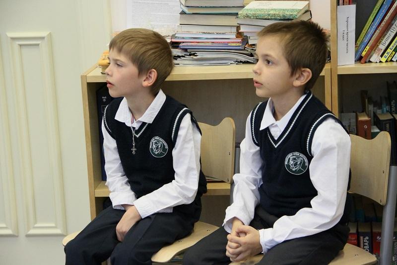Первый класс читает «Дорогу жизни»
